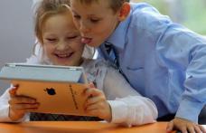 Lege adoptată de Senat: Elevii și profesorii vor primi laptopuri sau tablete conectate la internet