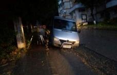 """Mașină """"înghițită"""" de o groapă apărută pe strada A.I.Cuza din Dorohoi - FOTO"""
