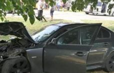 ACCIDENT! Două persoane au ajuns în spital după ce a ratat o curbă și s-a proptit cu mașina într-un copac
