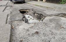 Primim la redacție – Asfalt surpat pe o stradă din Dorohoi - FOTO