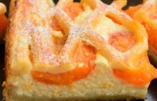 Prăjitură cu brânză vaci și caise