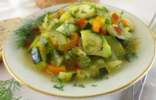 Mâncare de vară cu dovlecei, roșii și usturoi