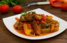 Mâncare de castraveți murați cu carne