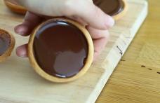 Mini tarte cu caramel și ciocolată