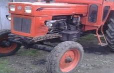 Beat și fără permis, a intrat cu tractorul în gardul unei case!