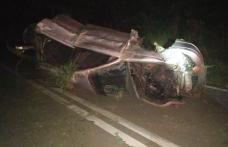 Accident! Mașină răsturnată după ce a lovit un cap de pod. Șoferul este în stare gravă