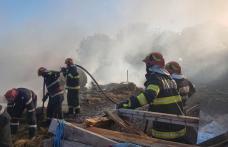 Pompierii din Dorohoi se luptă de peste două ore pentru a lichida un incendiu dintr-o gospodărie din satul Pădureni - FOTO