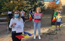"""Protest la Dorohoi împotriva purtării măștii în școli: """"Vrem zâmbete, nu măști"""" – FOTO"""
