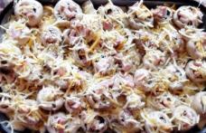 Ciuperci la cuptor umplute pe pat de cartofi
