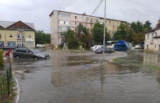 O ploaie de 40 de minute a paralizat Botoșaniul. Zeci de mașini au rămas blocate după ce mai multe străzi au fost inundate – FOTO