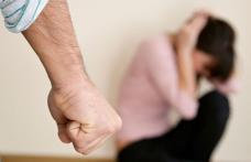 Violență crudă la Botoșani. Un bărbat și-a lovit soția însărcinată până a fost oprit de polițiști cu bastonul de electroșocuri