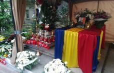 Trupul preotului Constantin Muha a ajuns la Dorohoi. A fost primit cu aplauze și smerenie - VIDEO