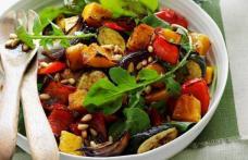 Salată caldă din legume la cuptor şi rucola