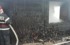 Bucătărie de vară și depozit de furaje distruse într-un incendiu
