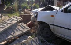 Șofer cu o alcoolemie uriașă s-a înfipt cu mașina într-un gard