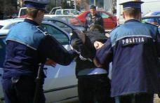 Doi tineri care au vrut să tâlhărească un bătrân au ajuns în arest