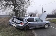 Tânăr ajuns la Spitalul Dorohoi după ce s-a izbit cu mașina într-un copac