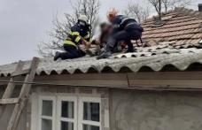 Bătrân salvat de pompieri după ce a suferit un accident vascular în timp ce repara acoperișul casei - FOTO