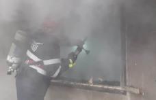Femeie intoxicată cu fum în urma unui incendiu care i-a distrus locuința