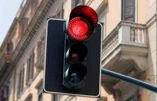 A ignorat culoarea roșie a semaforului, dar și semnele polițiștilor care îi cereau să oprească