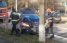 Accident rutier produs de o șoferiță care a intrat cu mașina într-un copac