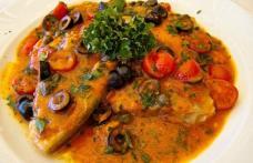 Pește cu sos de roșii și măsline