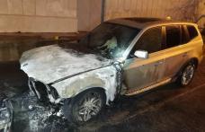 Mașină distrusă parțial într-un incendiu la Botoșani