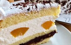 Prăjitură cu cremă de iaurt și piersici