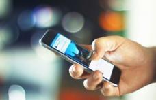 Tineri reținuți după ce au încercat să vândă o replică a unui telefon mobil