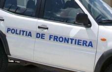 Tânăr fără permis, urmărit de poliţiştii de frontieră, s-a oprit cu maşina într-un gard