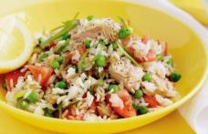 Salată de ton cu orez și legume