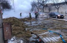 O platformă încărcată cu baloți de fân a luat foc în timp ce se deplasa pe o stradă din Botoșani - FOTO