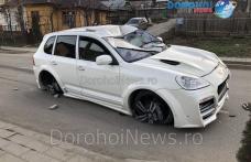 Accident în Dorohoi! O mașină a rupt un stâlp de pe strada George Enescu - FOTO