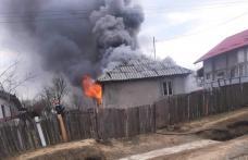 Casă cuprinsă de flăcări! Cinci copii și părinții lor au rămas fără acoperiș deasupra capului