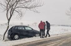 Iarna s-a întors în județul Botoșani: Mașină ajunsă în șanț pe drumul Dorohoi – Botoșani - FOTO