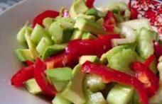 Salată cu avocado, tulpini de țelină și ardei