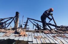 Casă distrusă de foc din cauza unui coș și a unor lucruri vechi aruncate prin pod - FOTO