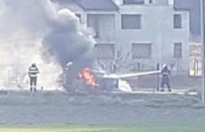 Autoturism distrus de flăcări pe un drum din Botoșani