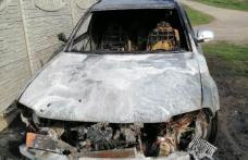 Mașina unui botoșănean a fost mistuită de flăcări