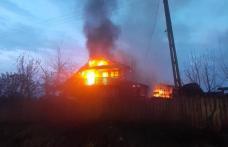 Vilă cuprinsă de flăcări. Pompierii s-au luptat cu flăcările aproape patru ore - FOTO