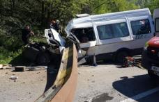 Accident mortal după ce grinda unui pod de cale ferată a căzut peste un microbuz - FOTO
