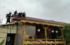 Acoperişul unei case din Botoșani în flăcări. Pompierii intervin în aceste momente