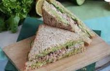 Sandwich cu ton și avocado