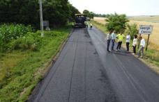 Covoare asfaltice turnate pe drumurile județene - FOTO