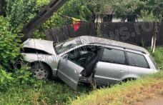 Accident la Broscăuți! O mașină a ieșit de pe carosabil și a rupt un stâlp - FOTO