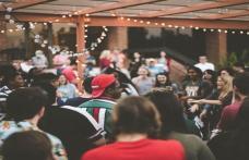 5 idei de ținute pentru o petrecere în aer liber