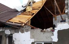 Două case au rămas fătă acoperiș după furtuna de luni după amiază - FOTO