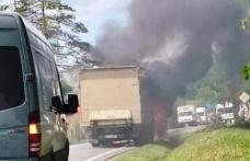 Un camion ce transporta marfă de la Dorohoi la Botoșani, a luat foc la ieșirea din Brăești – FOTO