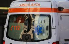Accident! Un șofer a ajuns la spital după ce s-a izbit cu mașina într-un tub din beton