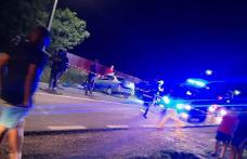 Doi tineri ajunși la spital după ce au lovit cu mașina un pod